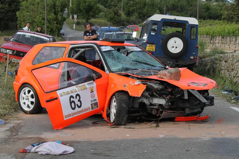 Le véhicule de course après l'accident