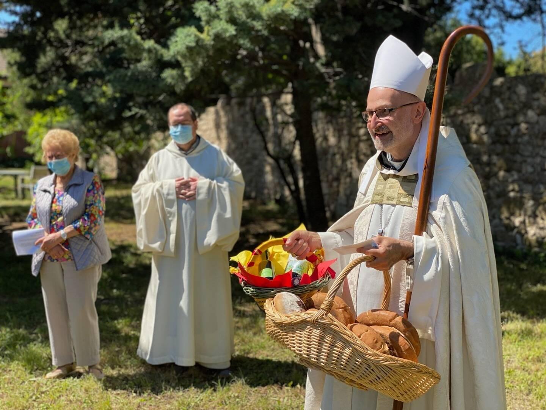 Le père Dom Vladimir Gaudrat recevant les premières offrandes