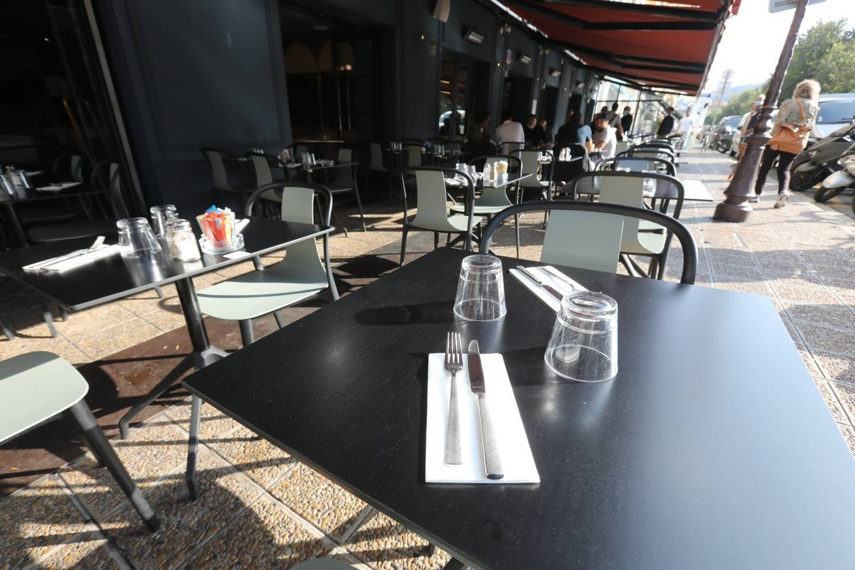 """Prévue en avril, la réouverture des restaurants devrait finalement avoir lieu fin mai, et """"c'est long"""" pour les jeunes actifs du secteur."""