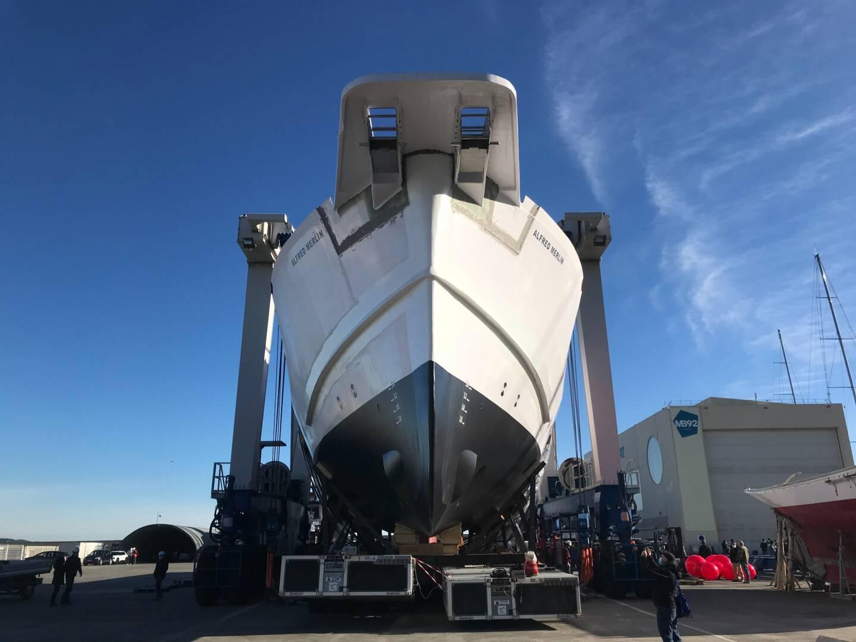 Après être sorti de l'entrepôt dans lequel il était construit, le bateau a été mis à l'eau. C'est sur cet élément que seront réalisés les derniers assemblages.