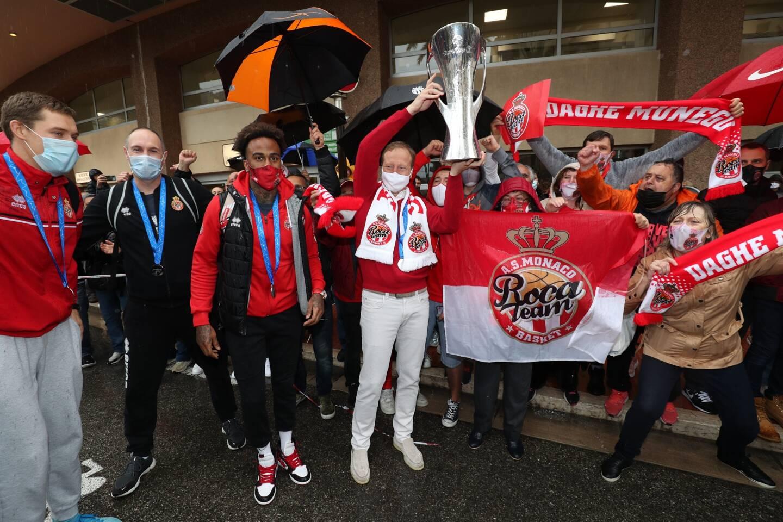 Le président de la Roca Team soulevant la coupe au milieu des supporters.