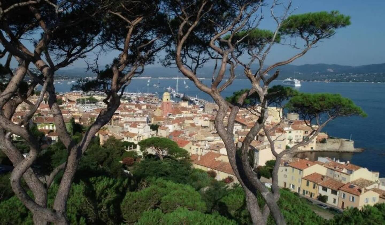Vue sur la ville de Saint-Tropez.