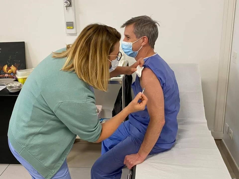 Les vaccinés sont surveillés quinze minutes après l'injection pour contrôler l'apparition d'effets secondaires.