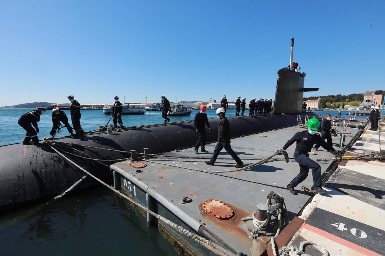 """Pendant ses 199 jours de mer, le sous-marin a souvent été accompagné du bâtiment de soutien et d'assistance métropolitain Seine, qui lui a garanti une """"allonge"""" de 15000 km par rapport à sa base."""