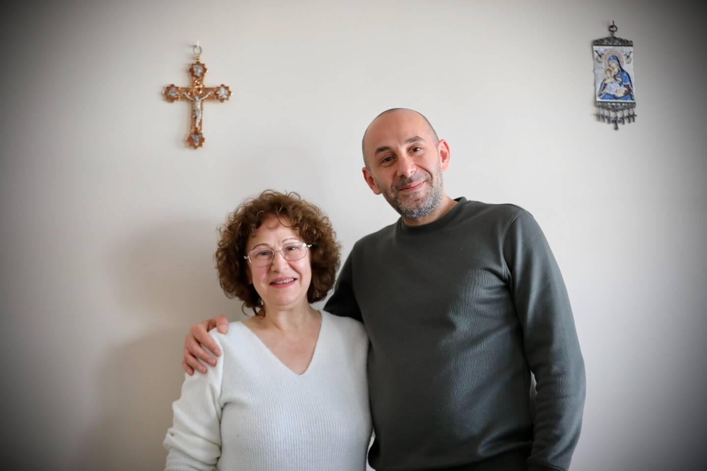 George Akfaly et sa mère Fernande dans leur appartement toulonnais.