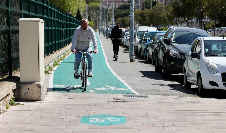 Une piste cyclable mal conçue peut vite se révéler source d'inégalité, favorisant l'usage du vélo, mais laissant les piétions sur le bas-côté.