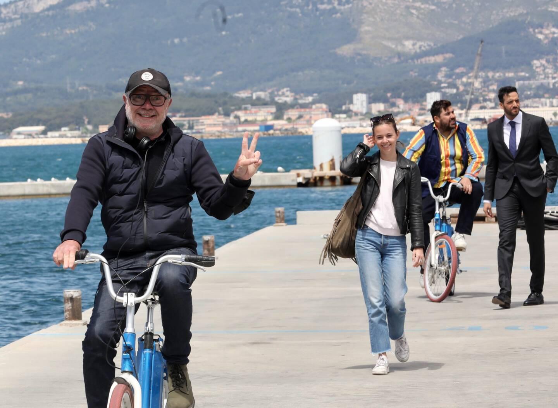 """Olivier Baroux """"à bicyclette"""", précède sa fille, la comédienne Enya Baroux, et les têtes d'affiche de sa prochaine comédie, Tarek Boudali et Artus."""