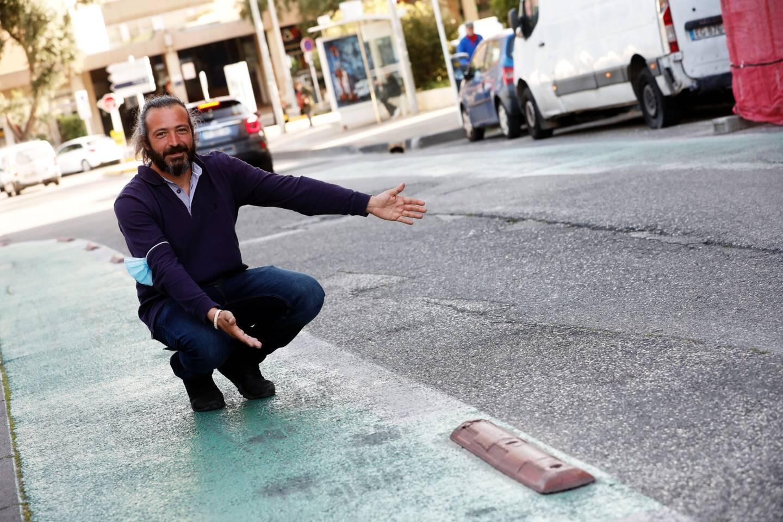 Près du campus de Toulon, la chaussée a souffert. Risques accrus pour les deux-roues, comme le montre Sébastien Roig, représentant des motards en colère.