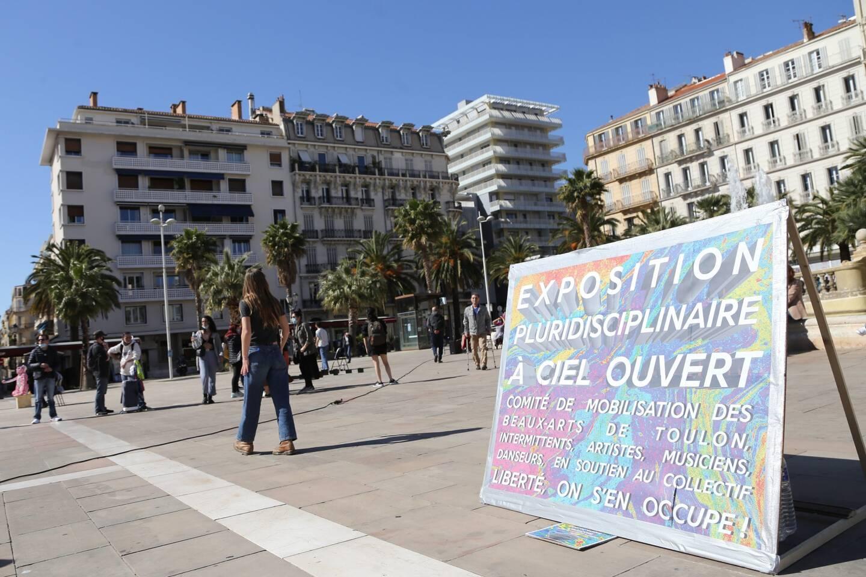 Ce samedi après-midi, la commission étudiante des Beaux-Arts de Toulon a investi la place de La Liberté pour une exposition plurisciplinaire à ciel ouvert.