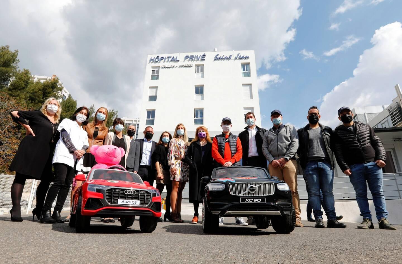 Soignants, soutiens et organisateurs ont posé avec l'Audi et la Volvo minis destinées aux enfants de l'hôpital privé.