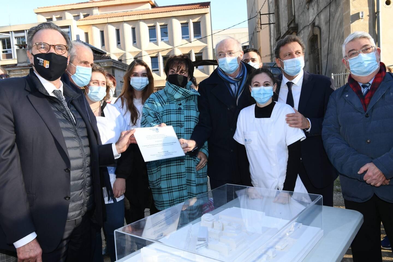Les autorités étaient accompagnées d'élèves infirmiers.