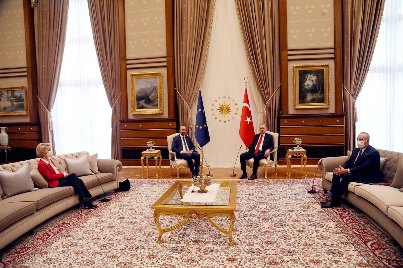 La présence d'Ursula von der Leyen sur un divan en Turquie fait scandale.