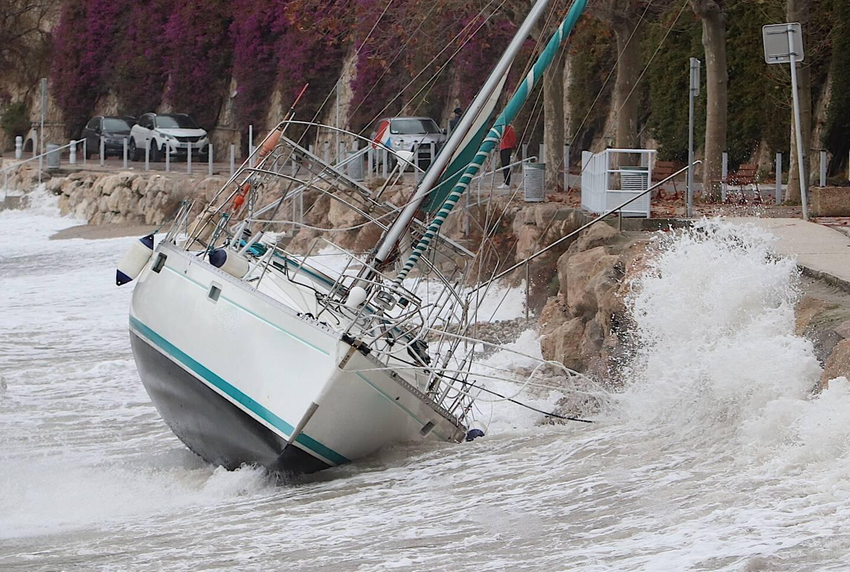 Le passage de la tempête Bella en rade de Villefranche-sur-Mer... Entre voilier échoué et surfeurs sur des vagues de plusieurs mètres de haut.