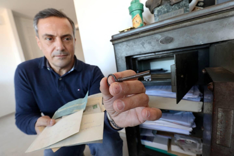 Philippe Esvelin devant le coffre qui détenait ce trésor familial. Deux testaments, deux médailles, de nombreuses lettres et télégrammes ont été découverts.
