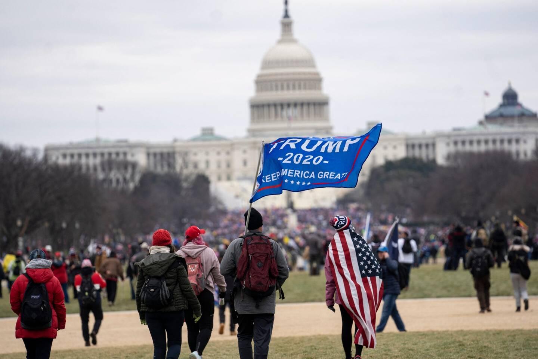 Devant le Capitole, des militants pro-Trump/