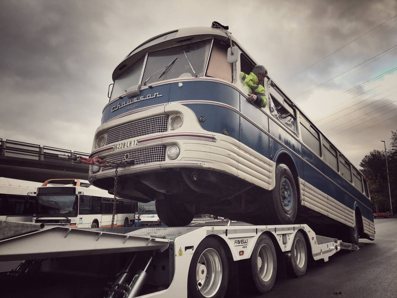 Un autocar Chausson de 1961 arrive à Drap en convoi spécial pour le Noël des collectionneurs