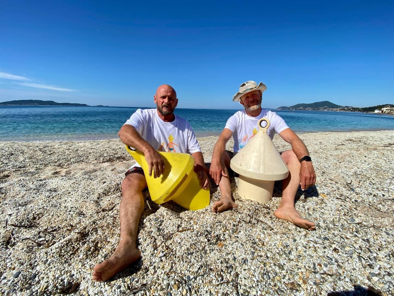 Pierre Kaci et Erik Thiémé, de gauche à droite, démasqués sur la plage de l'Almanarre.