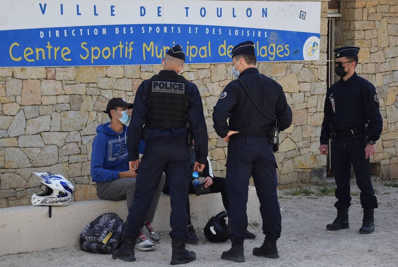 Une quinzaine de policiers nationaux et municipaux ont arpenté les plages du Mourillon, ce vendredi à Toulon, pour faire respecter la réglementation anti-Covid.