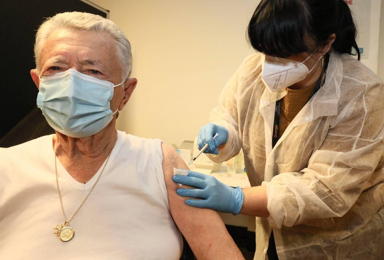 Francis, 88 ans, le premier vacciné de plus de 75 ans à Cannes