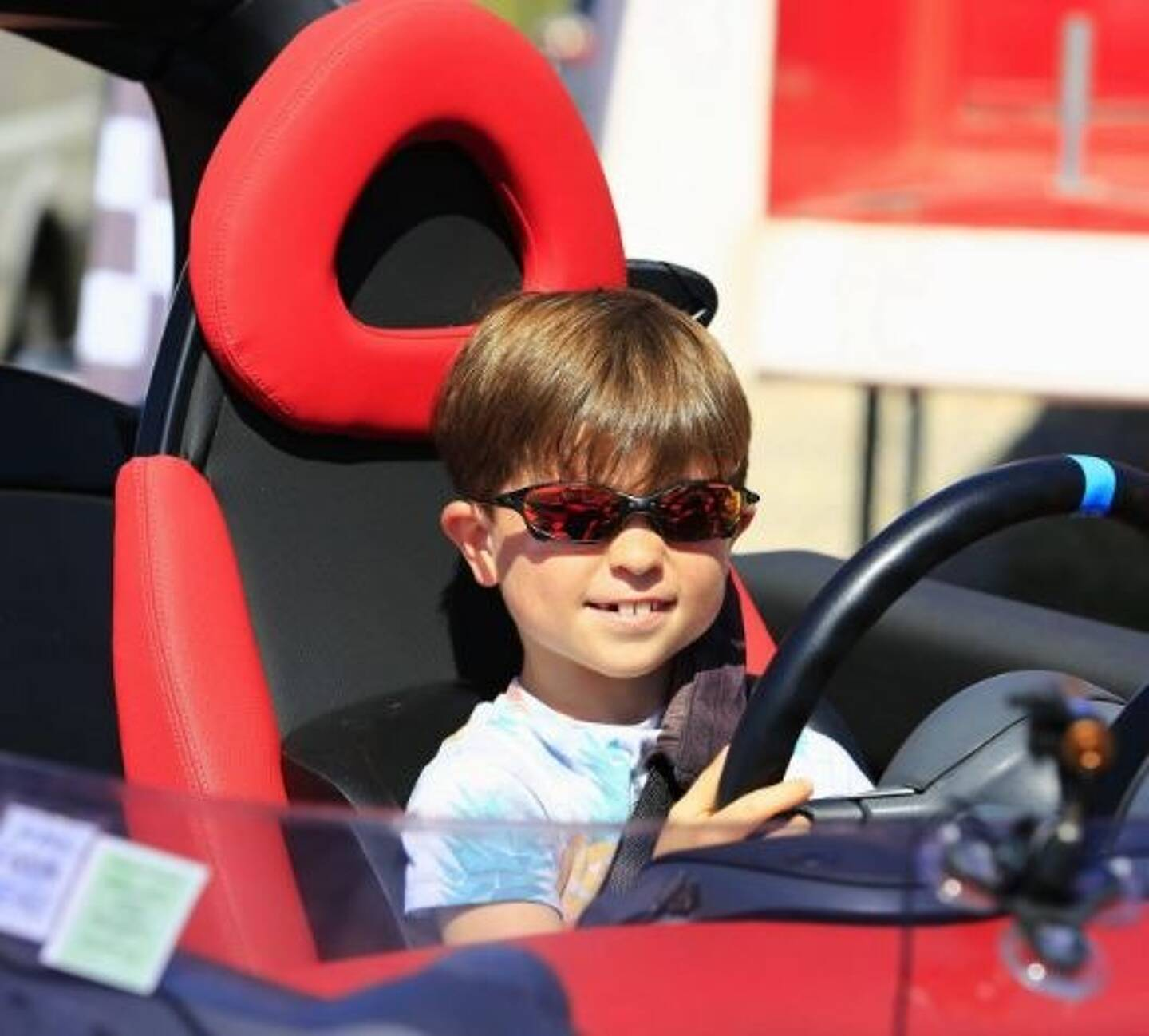 Tu as 7 ans, ou plus? Alors prends le volant, Com1Grand!