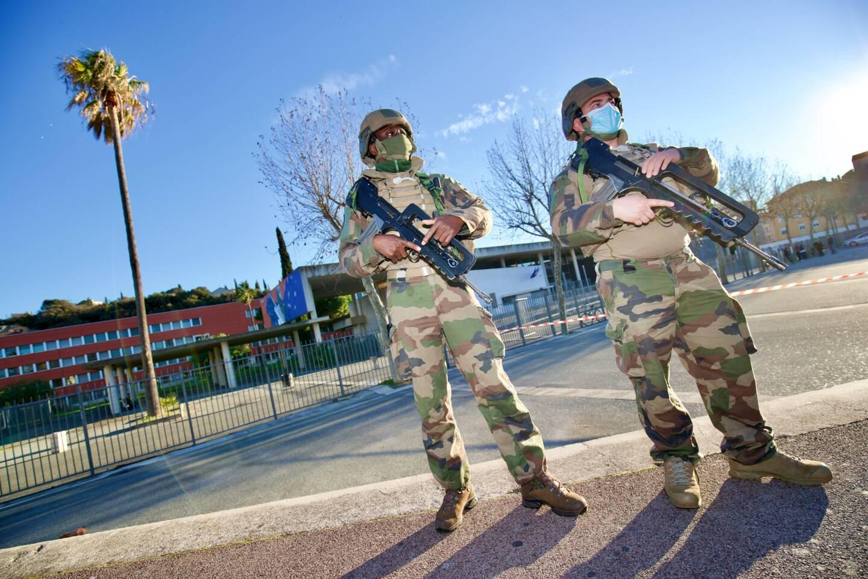 Plusieurs centaines d'élèves ont été évacués au lycée Saint-Exupéry de Saint-Raphaël dans le calme et déplacés de l'autre côté de la rue, tandis que militaires et policiers sécurisaient les lieux à la suite d'un appel menaçant, aux alentours de 15 heures.