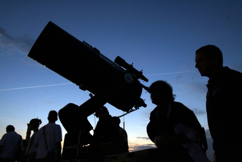 Des passionnés du ciel organisent des battues près d'Agen pour retrouver la météorite de 150 grammes tombée la semaine dernière.