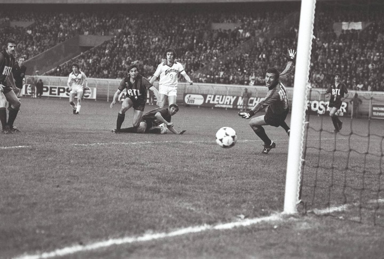 Platini trompe Baratelli en finale de Coupe de France 1978.