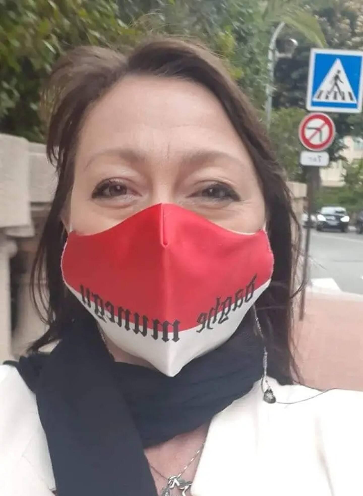 """Les supportrices aussi sont là. Avec, en cette période sanitaire délicate, des masques aux couleurs du club. Et toujours le même slogan: """"Daghe Munegu, même en Bretagne"""", se réjouit Manuela."""
