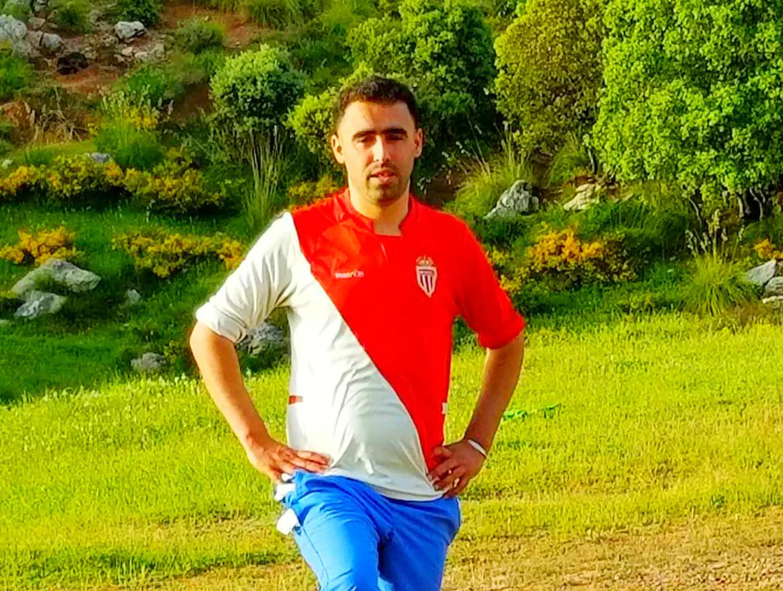 """Ali Slimane Belka supporte l'AS Monaco depuis 2001. """"Je suis le club depuis la Kabylie, en Algérie. Cette photo, je l'ai prise dans un stade, sur les hauteurs de mon village."""" Pour rappel, dans l'histoire du club, neuf joueurs algériens ont porté la tunique rouge et blanche, d'Ali Benarbia à Islam Slimani, en passantpar Rachid Ghezzal."""