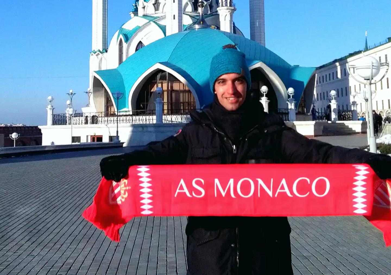 Mattia a apporté son écharpe avec lui en Russie.