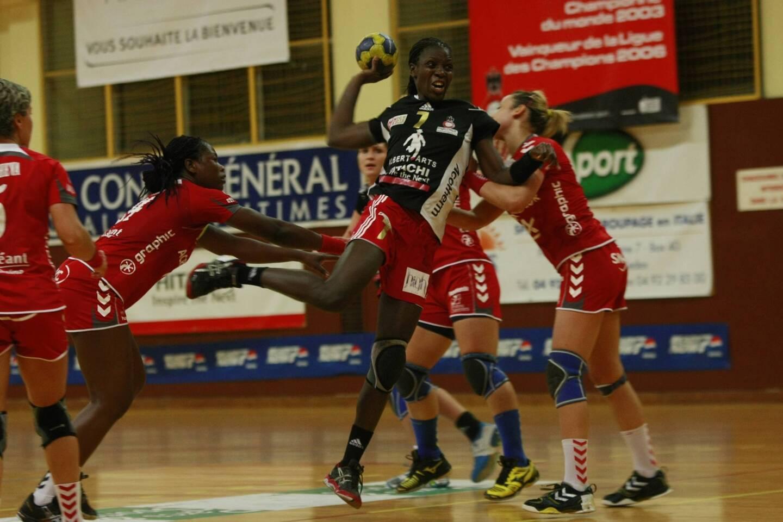 Nodjialem Myaro, ici à l'attaque en 2011, sous les couleurs de Nice. Club dans lequel elle a terminé sa carrière de handballeuse professionnelle entre 2010 et 2013.