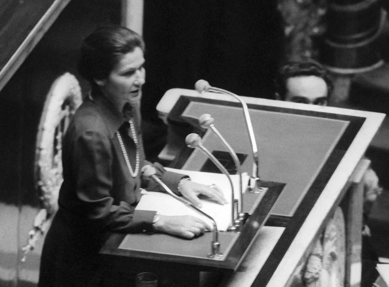 Simone Veil à la tribune de l'Assemblée nationale.