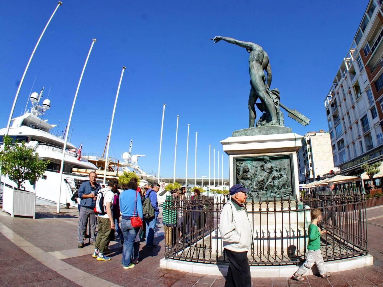 Vue du quai Cronstadt sur le port de Toulon.