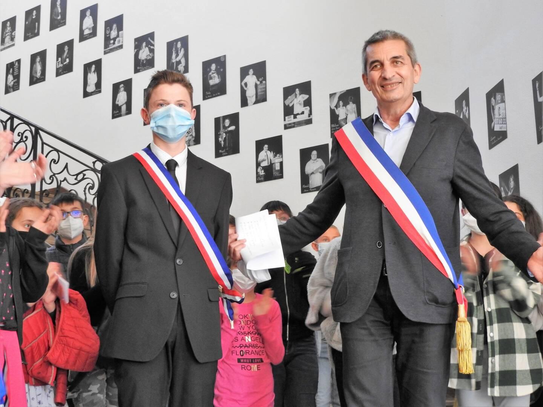 Esteban (ici aux côté du maire) fait la fierté de sa maman qui loue sa détermination et son engagement.