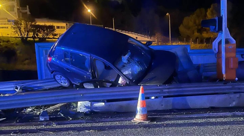 La voiture a subitement quitté la chaussée pour s'encastrer à grande vitesse dans la glissière de sécurité.