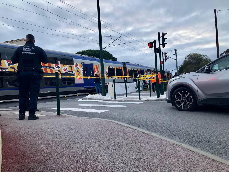 L'octogénaire traversait à pied la voie ferrée lorsqu'elle a accidentellement été percutée par un train.