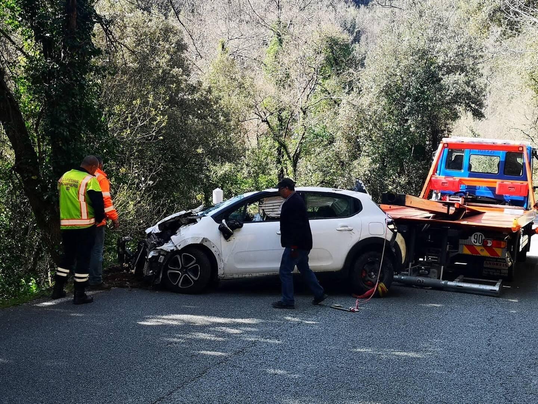La voiture a été ramenée sur la route puis évacuée.