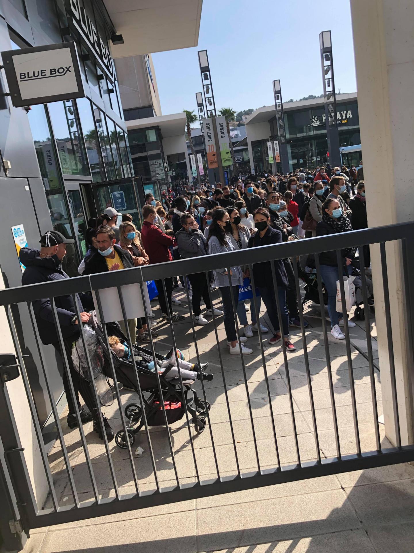 Les familles sont venues en masse, samedi, à l'Avenue 83, dernier centre commercial ouvert de la zone. La jauge y est fixée à moins de 3.400 personnes.