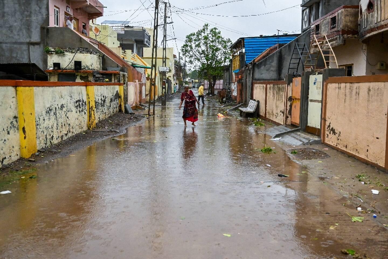 Une rue inondée après le passage du cyclone Tauktea, le 18 mai 2021 à Amreli, en Inde