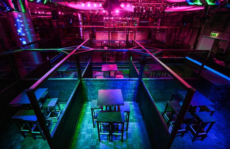 Zones séparées pour consommer dans une discothèque à Dortmund, en Allemagne, le 30 octobre 2020