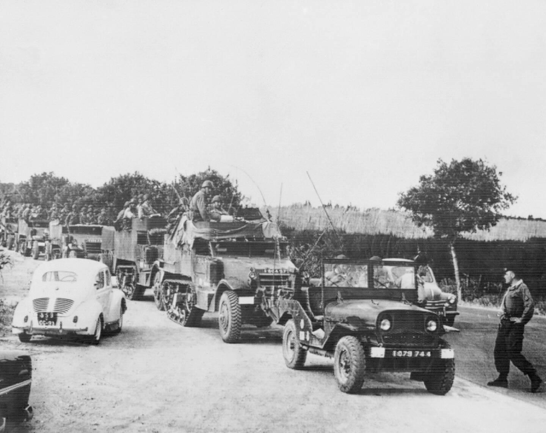 Des parachutistes français du 1er REP quittent le camp de Zeralda, le 28 avril 1961, trois jours après la reddition du général Challe