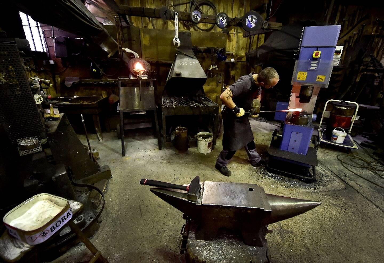 Préparation d'une lame Laguiole Damas dans la forge de la Coutellerie Laguiole Honoré Durand à Laguiole à Laguiole, dans l'Aveyron le 2 mars 2021