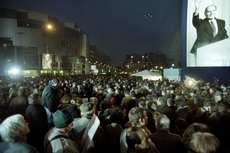 Des personnes rassemblées place de la Bastille après l'annonce du décès de l'ancien président François Mitterrand, le 10 janvier 1996 à Paris