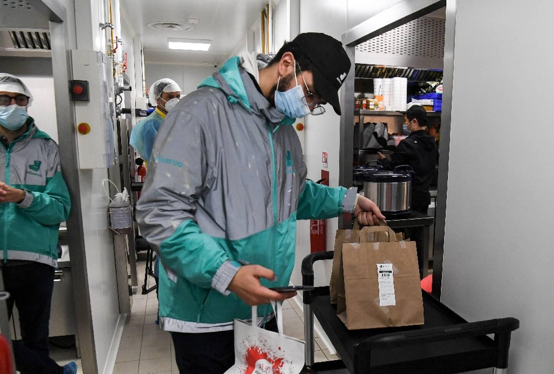 Un employé de Deliveroo prépare les commandes pour les livreurs dans les cuisines collectives de l'entreprise, à Aubervilliers, le 6 mai 2021