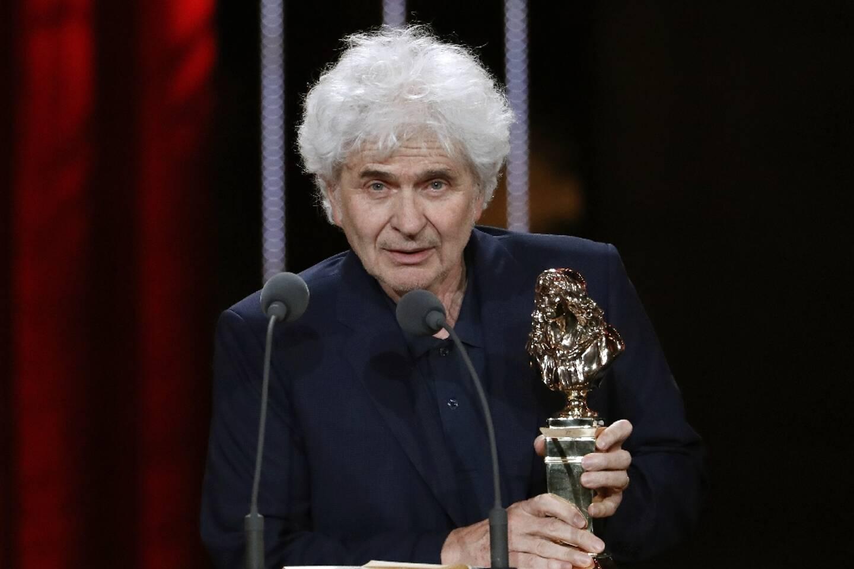 """Le metteur en scène Alain Françon recevant un Molière à Paris le 23 mai 2016 pour sa pièce  """"Qui a peur de Virginia Woolf"""" aux Folies Bergères"""