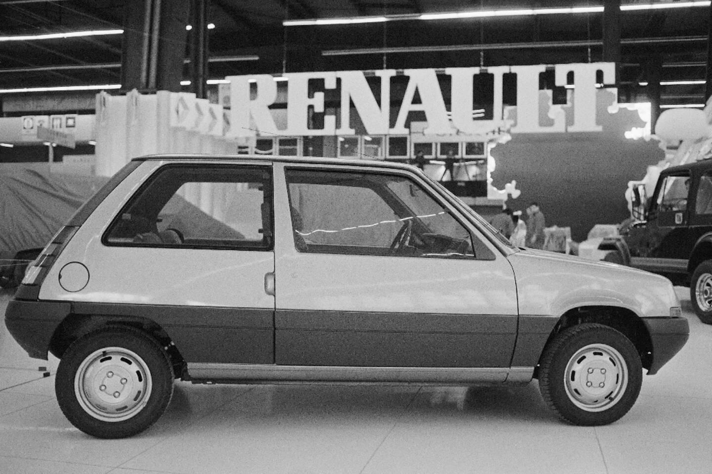 """Une Renault """"Supercinq"""" le 2 octobre 1984, au salon automobile de la Porte de Versailles à Paris"""