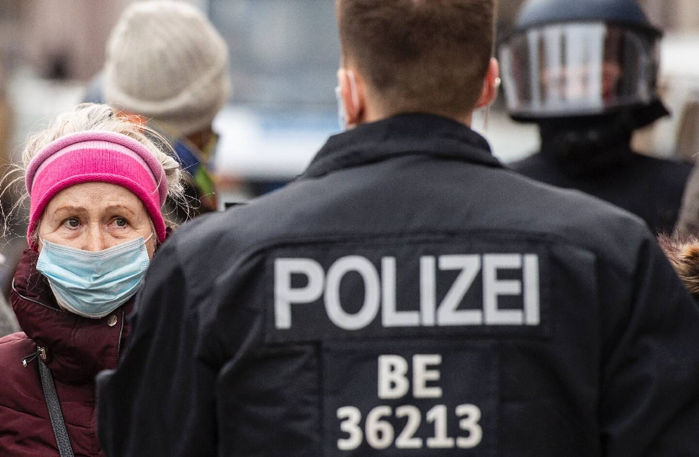 Une femme proteste contre les restrictions sanitaires à Berlin le 28 mars 2021
