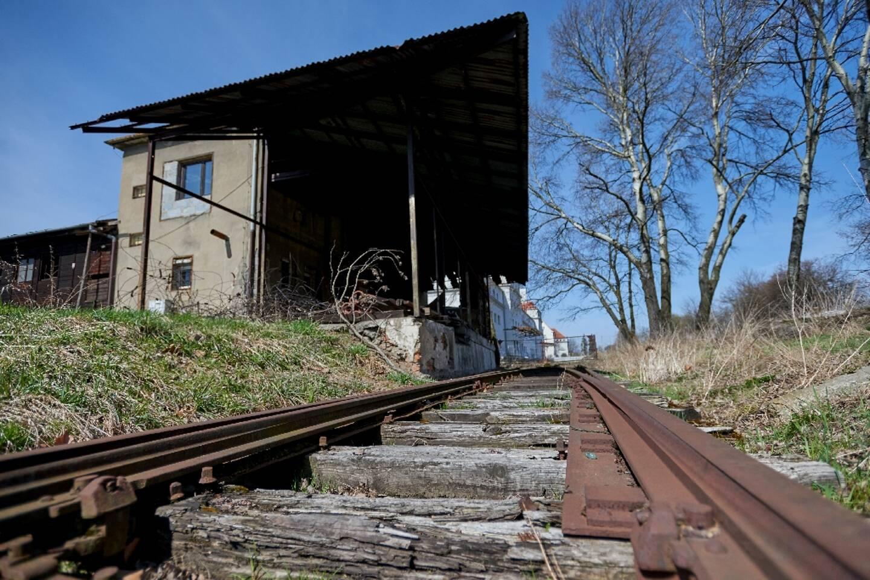 Une vieille voie ferrée conduisant à l'ex-cantine des SS au camp de concentration nazi d'Auschwitz, en Pologne, le 9 avril 2021