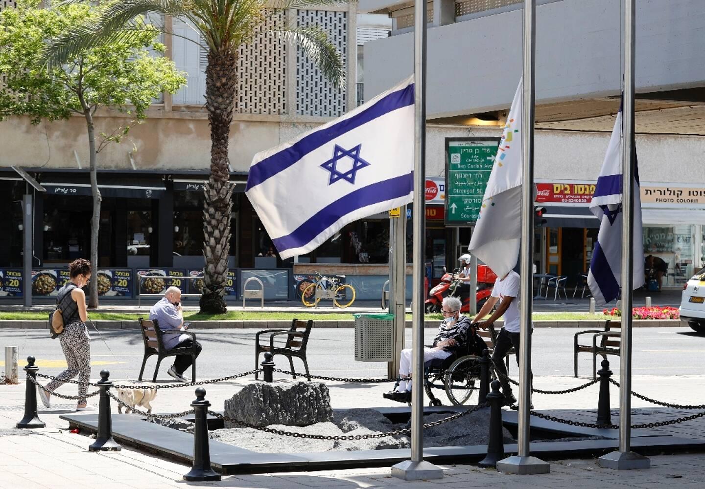 Les drapeaux israéliens en berne apres la bousculade meurtrière lors d'un pèlerinage juif, le 2 mai 2021 à Tel Aviv