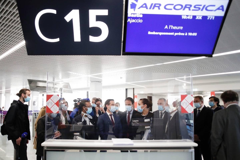 Le ministre délégué aux Transports Jean-Baptiste Djebbari ( c, g) et le secrétaire d'Etat à la transition numérique Cédric O (c,d) à l'aéroport d'Orly le 27 avril 2021
